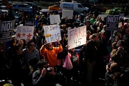 """احتجاجات """"يوم لست رئيسي"""" المناهضة للرئيس الأمريكي دونالد ترامب في مانهاتن بنيويورك"""