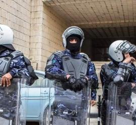 """الأمن الفلسطيني يُخرج ناقلةجنود لجيش الاحتلال بعد دخولها إلى الخليل بـ """"الخطأ"""" - فيديو"""