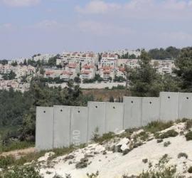 قوات الاحتلال تخطر بهدم غرفتين زراعيتين في قرية الولجة شمال غرب بيت لحم