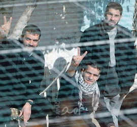 """نقل الأسير الجريح حمزة أبو عجمية إلى سجن """"عيادة الرملة"""" بعد تدهور وضعه الصحي"""