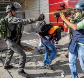القدس: مستوطنون يعتدون على مصورين صحفيين ويحطمون مركبتهما
