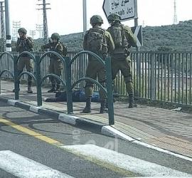"""قوات الاحتلال تطلق النار تجاه شاب بحجة محاولته تنفيذ عملية """"طعن"""" في نابلس"""