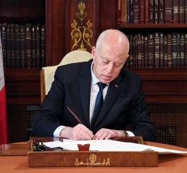 الرئيس التونسي يقيل مسؤولين كباراً