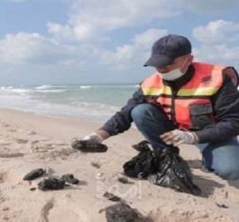 غزة: سلطة المياه تكشف عن تسرب نفطي وصل شواطئ البحر