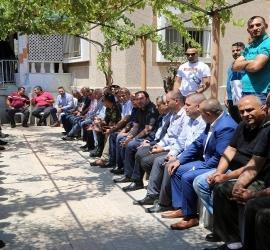 محافظي قلقيلية وسلفيت  ومدراء الاجهزة الامنية يزورون عائلة الشهيد مازن الأحمد