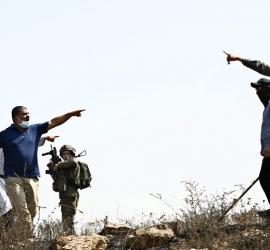 """الإندبندت: الجيش الإسرائيلي """"متواطئ"""" مع المستوطنين في اعتداءاتهم بالضفة"""