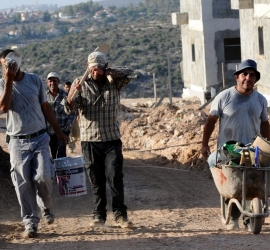 إسرائيل تؤجّل حملة التطعيمات للعمال الفلسطينيين حتى إشعار آخر