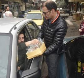 قلقيلية: مواطنون يوزعون الحلوى والتمور في ذكرى المولد النبوي الشريف