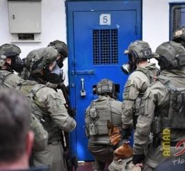 """قوات القمع تقتحم سجن """"عوفر"""" وتعتدي على الأسرى"""