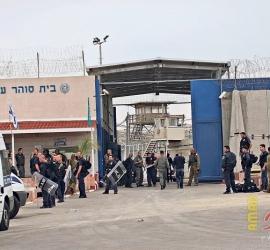 """نادي الأسير: إدارة سجن """"عوفر"""" تُعيد جزءًا من الإجراءات التّنكيلية والتضييقات بحقّ الأسرى"""