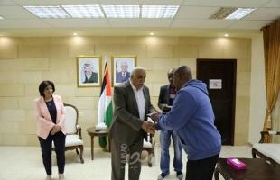 محافظ أريحا والأغوار يسلم مكرمة عباس لعدد من الأسر المحتاجة