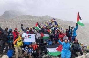 """بالصور.. 27 شابًا وفتاة يرفعون علم فلسطين على """"إفرست"""""""