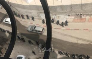 بالصور- تمهيداً لهدم منشآت تجارية.. قوات الاحتلال تقتحم شمال القدس