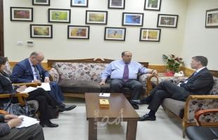 أبو مويس يبحث مع القنصل البريطاني تعزيز التعاون لخدمة التعليم العالي