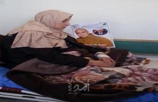 والدة الأسير العويوي تضرب عن الطعام إسناداً لنجلها المضرب منذ 69 يوماً