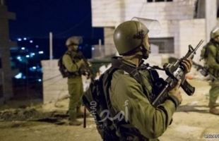 """القدس: قوات الاحتلال تقتحم """"العيساوية"""" وتزيل الأعلام من محيط منزل الشهيد """"عبيد"""""""