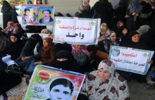 المئات يعتصمون أمام مؤسسة أسر الشهداء بغزة للمطالبة بصرف رواتبهم