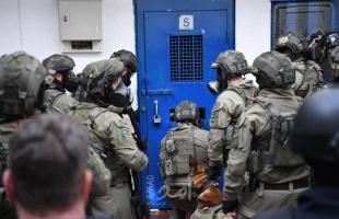 """قوات الاحتلال تقتحم سجن """"إيشل"""" وتعتدي على الأسرى"""