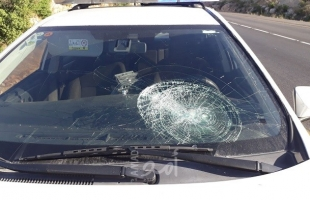 اعلام عبري: تضرر حافلة مستوطنين رشقاً بزجاجات حارقة شرق قلقيلية