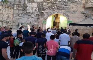 بالفيديو.. عشرات المصلين يؤدون صلاة المغرب عند باب الأسباط بعد منعهم من دخول المسجد الأقصى