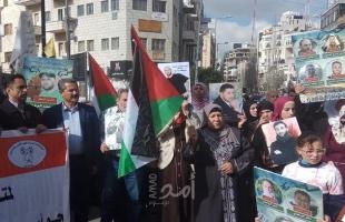 مطالبين بانقاذ حياتهم.. مسيرة مساندة للأسرى المضربين عن الطعام في رام الله