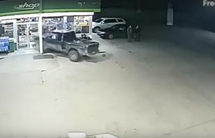 بالفيديو .. سائق متهور تسبب في خسائر فادحة داخل محطة وقود