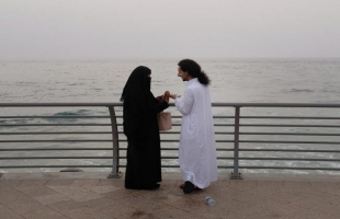 دعوة لإباحة التعارف بين الجنسين قبل الزواج تثير الجدل في السعودية