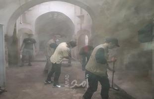 متطوعون يعملون على ترميم حمام تركي في الخليل العتيقة