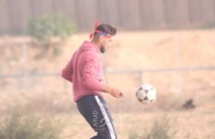 """بالفيديو.. """" أبو خشب"""" يروي لـ """"أمد"""" كيف استهدف من قبل """"قناصة الاحتلال"""" وهو يلعب كرة القدم شرق البريج"""