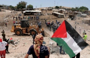"""محلل إسرائيلي يكشف عن مقترح إخلاء """"الخان الأحمر"""" بالقدس وتوطين سكانه في النقب"""