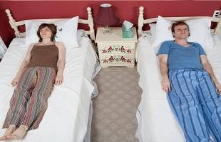 للمتزوجين.. النوم في أسرّة منفصلة تمنحكم السعادة