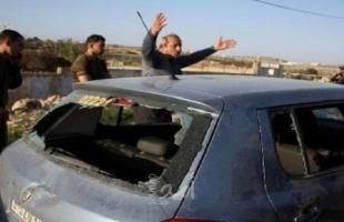 رام الله: مستوطنون يعتدون على مواطن ويحطمون زجاج سيارته