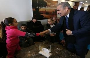 أشتية يلتقي أطفالاً مرضى بالسرطان وذوي الاعاقة من غزة