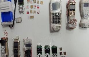 مصلحة سجون الاحتلال تضبط هواتف خلوية وشرائح مهربة في سجن عوفر