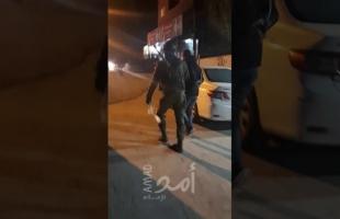 """احتجزته لساعات.. سلطات الاحتلال تطلق سراح الصحفي """"ثائر الشريف"""" من الخليل"""