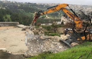 الخليل: جيش الاحتلال يهدم غرفا وخياما سكنية شرق يطا