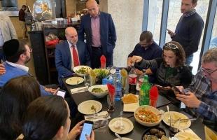 """شبان يلقون زجاجات حارقة تجاه مطعم استضاف لقاء """"الهباش مع صحفيين اسرائيليين"""""""