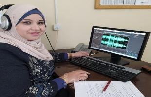 الإعلامية هناء الجاروشة من غزة تنتج مواد صوتية تعليمية - فيديو