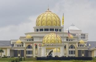 ملك ماليزيا وزوجته يدخلان الحجر الصحي