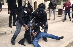 قوات الاحتلال تعتدي على المصلين أمام بوابات الأقصى