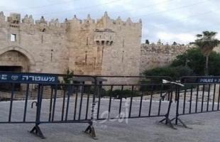 بالصور .. القدس: جيش الاحتلال يحيط أسوار المسجد الأقصى بالحواجز لمنع وصول المصلين