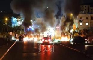 صور - شبان يغلقون الطريق الرئيسي قرب جامعة بيرزيت