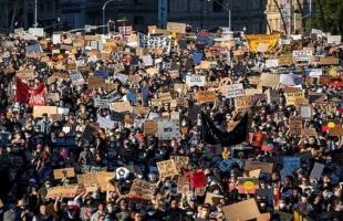 الآلاف يحتشدون في أستراليا ضد العنصرية دون مراعاة قواعد التباعد