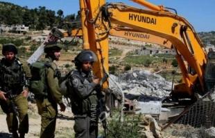 قوات الاحتلال تخطر ستة مواطنين بهدم مساكنهم في يطا