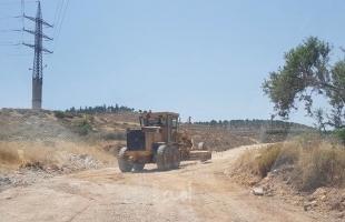 جيش الاحتلال يشق طريقا استيطانية جديدة شرق يطا
