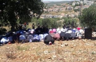 سلفيت: مواطنون يؤدون صلاة الجمعة فوق الأراضي المهددة بالاستيلاء