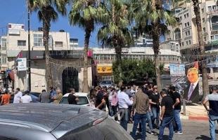 رام الله: وقفة احتجاجية لأصحاب المحلات ضد قرار الحكومة تمديد الإغلاق