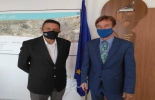 العمري يلتقي ممثل الاتحاد الأوروبي ويطلعه على أهمية محطة قلنديا لتحقيق الأمن الكهربائي