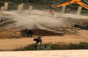 """محدث بالصور - قوات الاحتلال تهدم مركز فحص """"كورونا"""" في الخليل ومنزلاً قيد الإنشاء غرب سلفيت"""""""