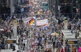 """برلين: آلاف المحتجين ضد قيود مكافحة كورونا يعلنون """"نهاية الجائحة"""""""
